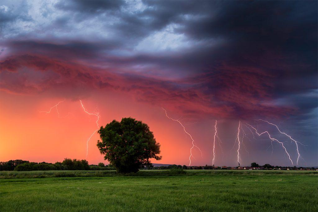 Blitze bei Sonnenuntergang fotografier von einem Sturmjäger.