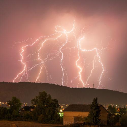 Gut zu sehen ist der gemeinsame Ursrpung der Blitze in der Zelle.