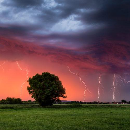 In der Abenddämmerung entladen sich Blitze in Sachsen-Anhalt.