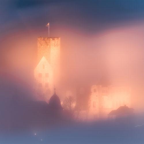Die Burg Wertheim im Nebel fotografiert.