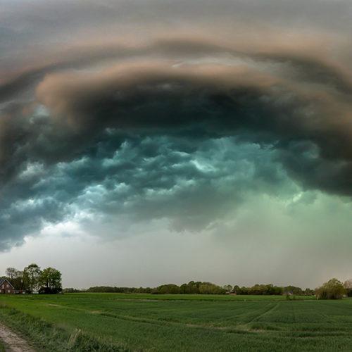 Gewitterfronten nehmen gebogene Formen an, wenn der Abwind einsetzt.