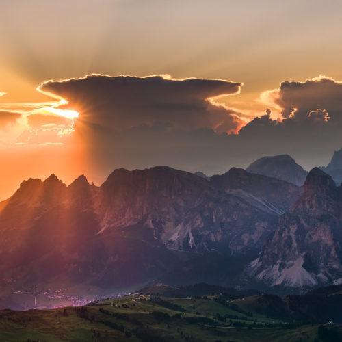 Eine entfernter Cumulonimbus eines Gewitters in den Alpen.