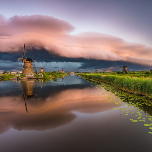Die berühmte Gewitterfront über Kinderdijk in den Niederlanden.