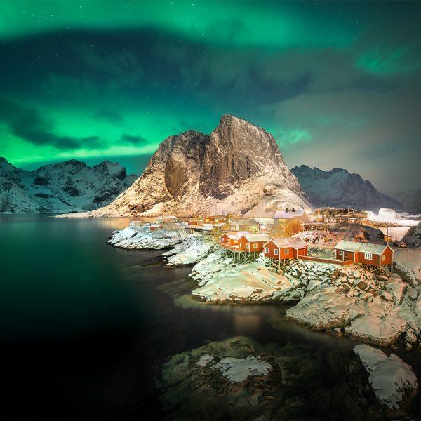 Hamnoy auf den Lofoten mit Polarlicht.