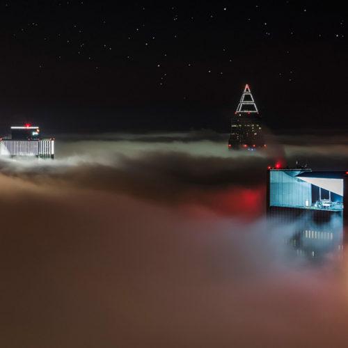 Die Skyline von Frankfurt am Main im Nebel