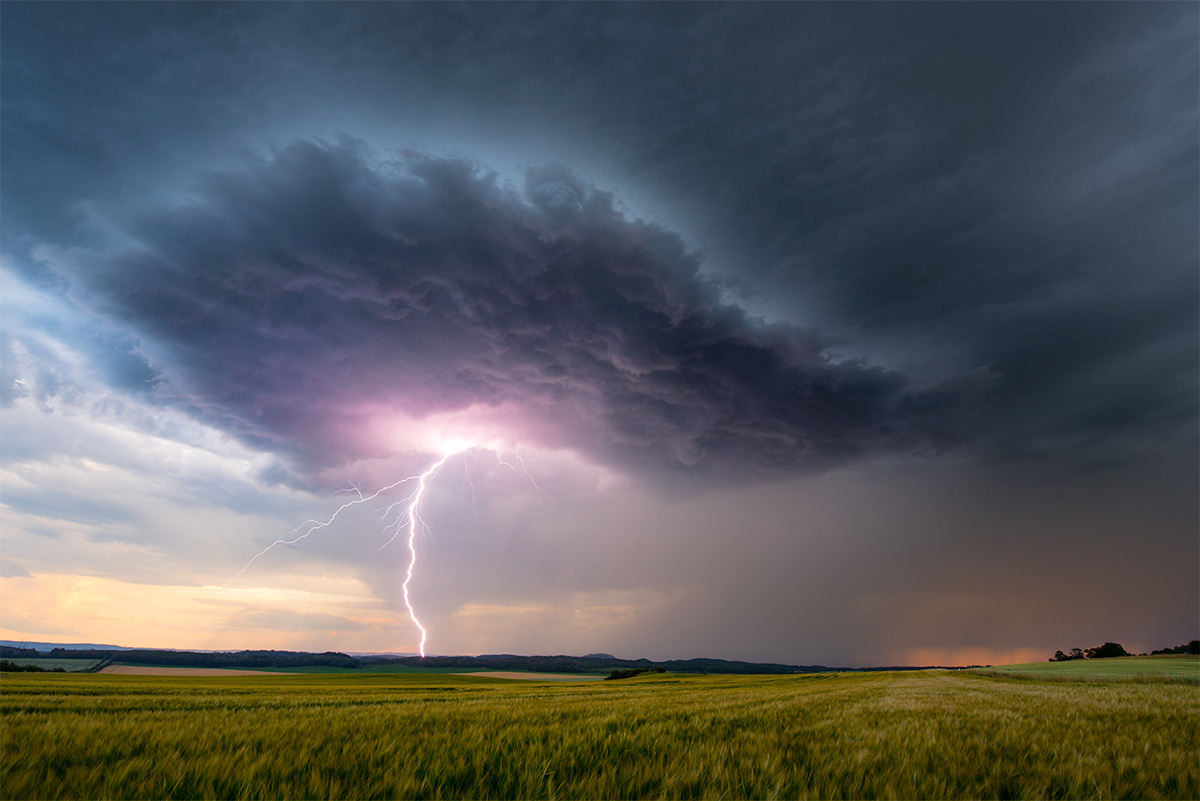 Einschlag eines Blitzes fotografiert mit DSLR Kamera.