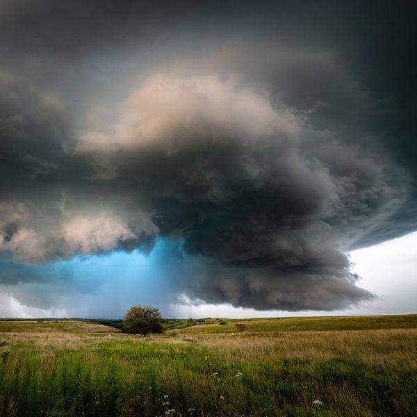 Der Niederschlagskern einer Superzelle leuchtet blau.