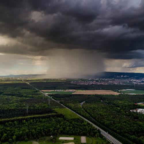 Luftaufnahme einer Gewitterzelle zeigt den Niederschlagskern.