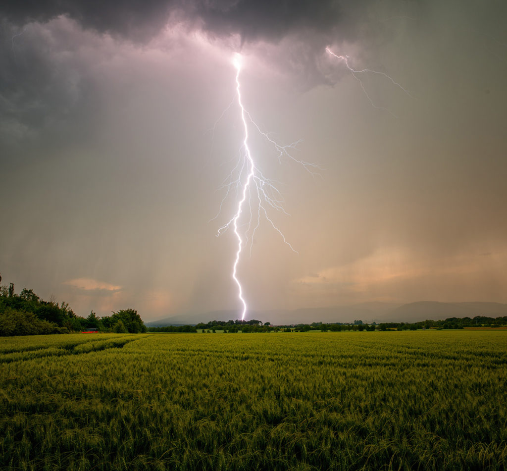 Blitzeinschlag von einem Sturmjäger fotografiert.