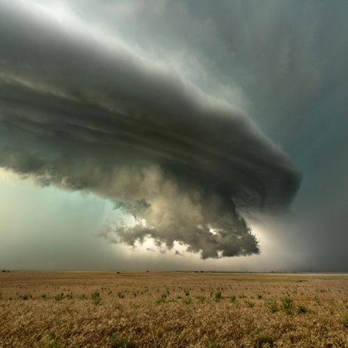 Die tiefhängende wall cloud einer Superzelle.