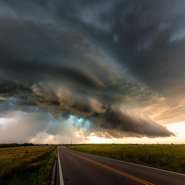 Tornadozelle in den USA bei Sonnenuntergang.