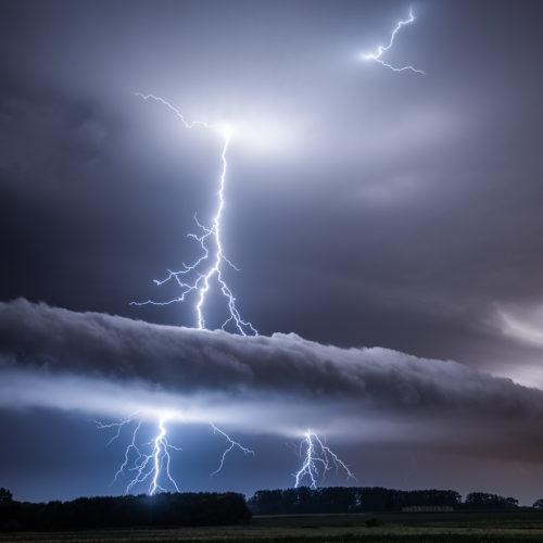 Eine sogenannte roll cloud mit einem Gewitterblitz bei Nacht.