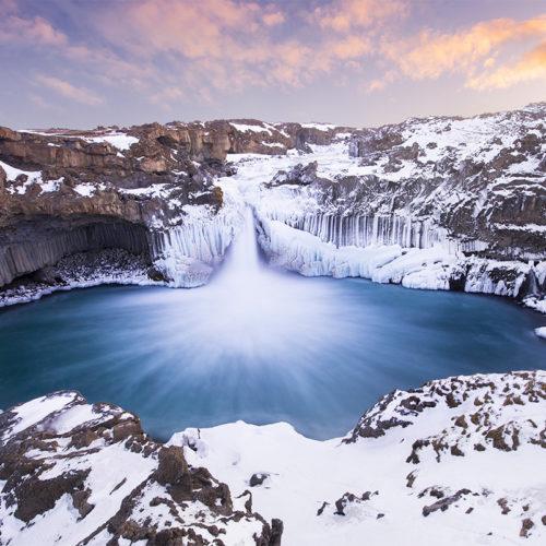 Der Aldeyjarfoss auf Island mit Eis und Schnee.