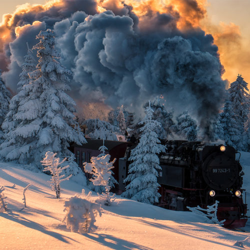 Die Brockenbahn bietet zu Sonnenuntergang im Winter ein schönes Fotomotiv