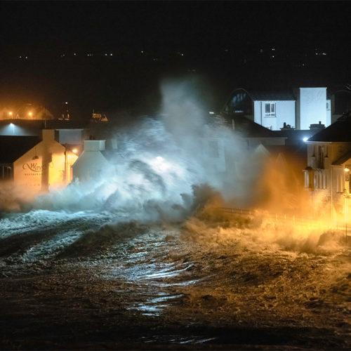 Der Ort Lahinch auf Irland bei Nacht im Sturm.