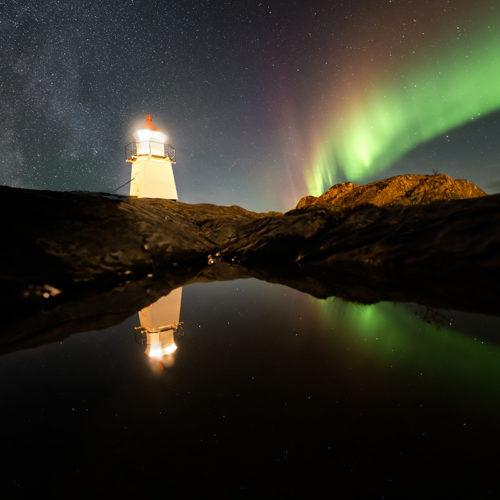 Die Milchstraße und der Leuchtturm von Laukvik auf den Lofoten