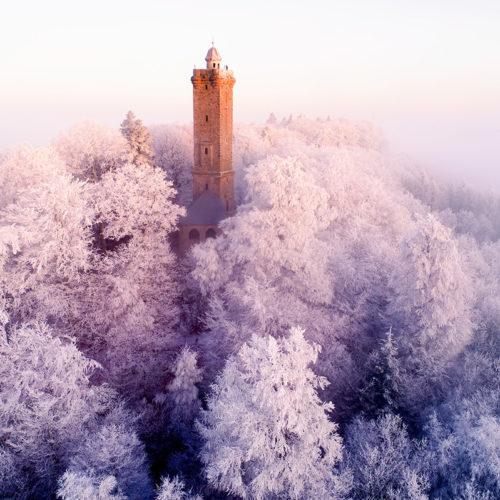 Das erste Morgenlicht lässt den Luitpoldturm erstrahlen.