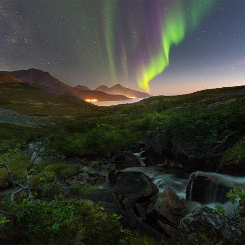 Polarlicht mit Milchstraße im Herbst in Norwegen.