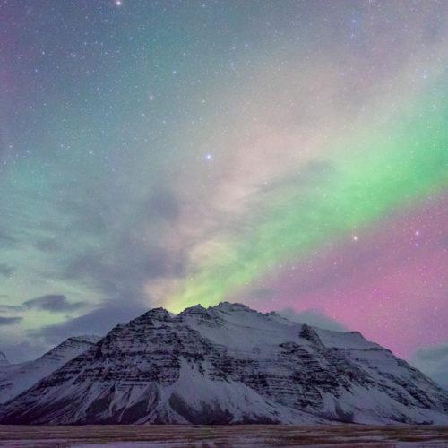 Verschiedene Farben einer schwachen Aurora über Island.