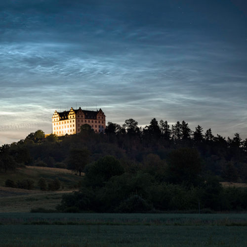Das Schloss Lichtenberg im Odenwald mit Leuchtenden Nachtwolken.