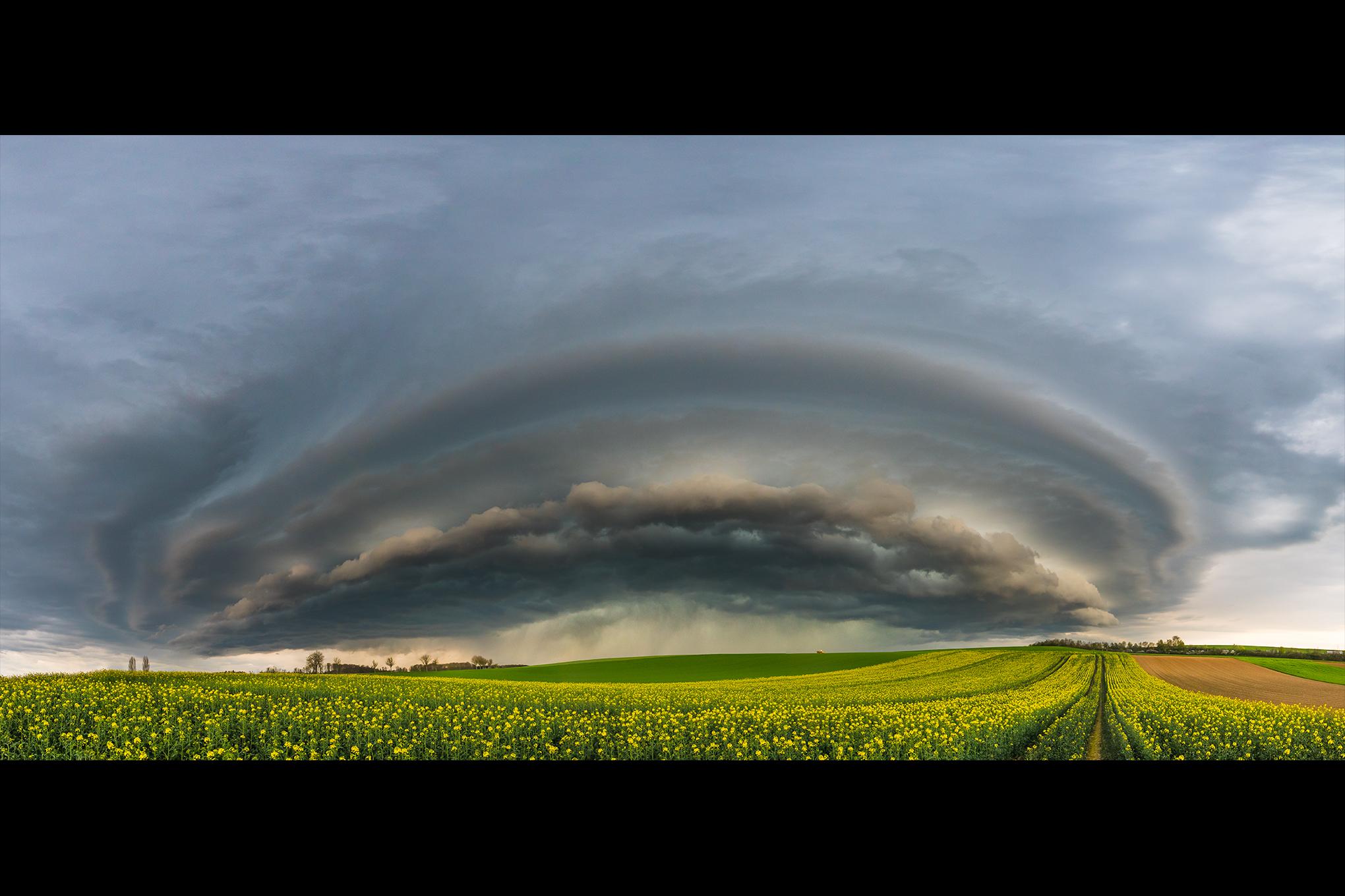 Eine shelf cloud einer Gewitterzelle