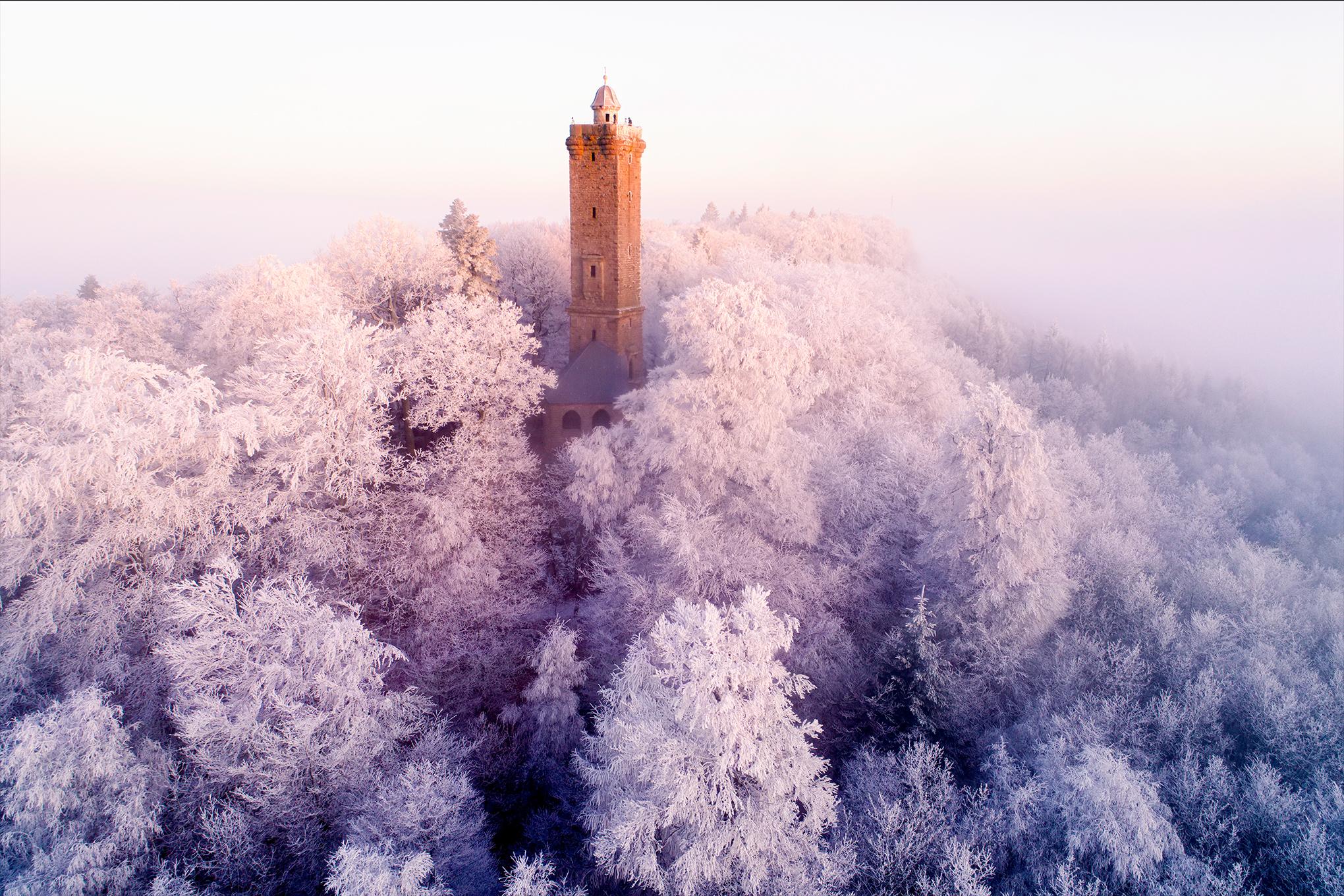 Der mit Raureif besetzte Turm im Pfälzerwald.